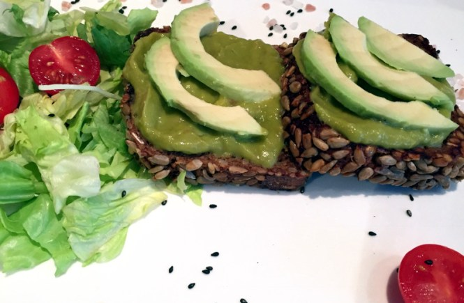 frühstück in münchen backspielhaus avocadobrot