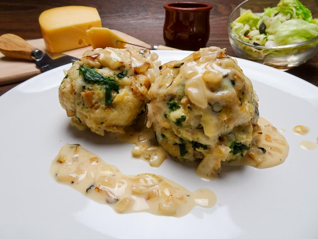 Käseknödel mit Spinat und Käsesoße