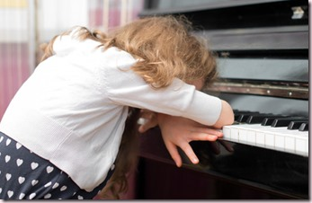 Enfant fatigué de l'apprentissage du piano