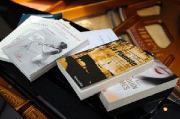 Des livres sur un piano