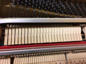 Pédale douce d'un piano droit enfoncée