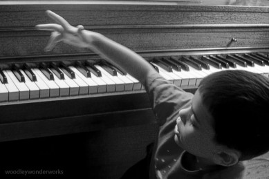 Enfant qui s'amuse au piano