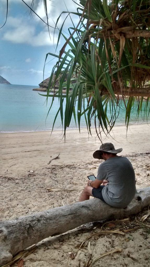 Personne en train de lire devant la mer
