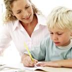 petit-garcon-en-train-de-faire-ses-devoirs-avec-sa-maman-10926860yyqtc