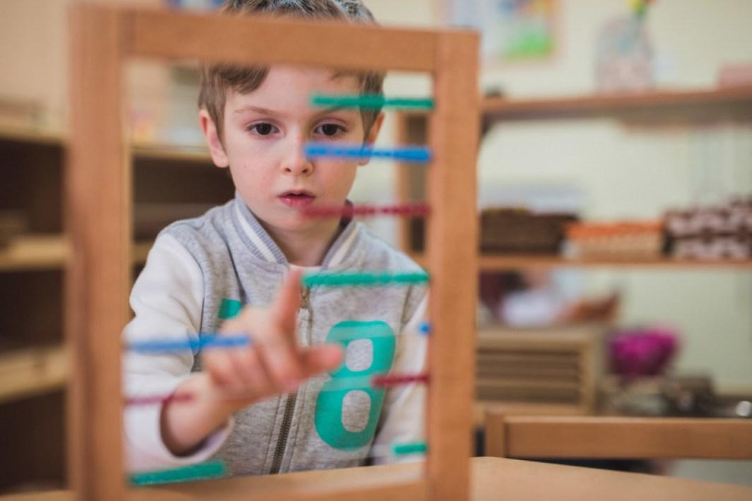 Enfant joue Montessori