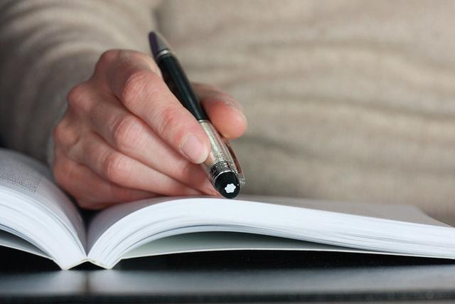 N'utilise pas ta main ou ton doigt pour t'aider à lire