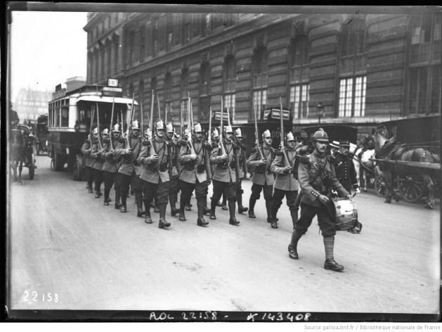 Nouvel uniforme [de l'armée française, défilé de troupes avec le nouvel uniforme] : [photographie de presse] / [Agence Rol] - Source BnF