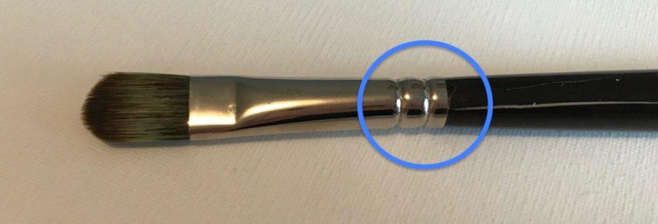 Anneau caractéristique qui maintient la virole au manche. Sur ce pinceau, la virole est resserrée profondément à 2 reprises permettant une bonne tenue au manche