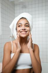Femme nettoyage visage