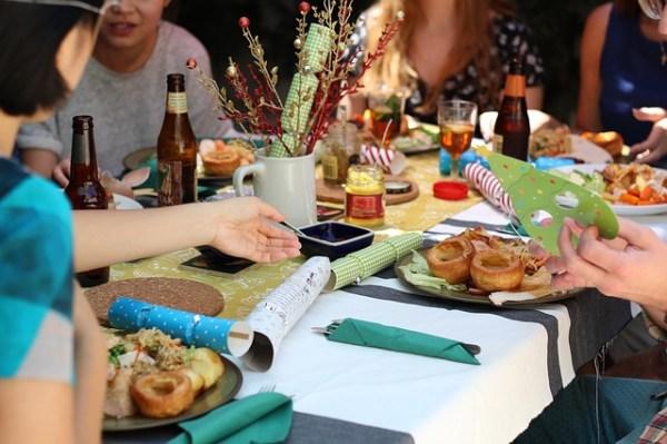 recevoir amis diner politesse savoir-vivre proticole diner intime amis, bonnes manières convenance repas amis