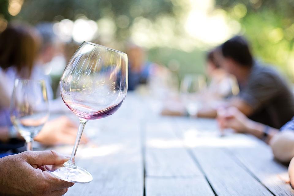 Question ESSENTIELLE d'étiquette : qui doit servir le vin