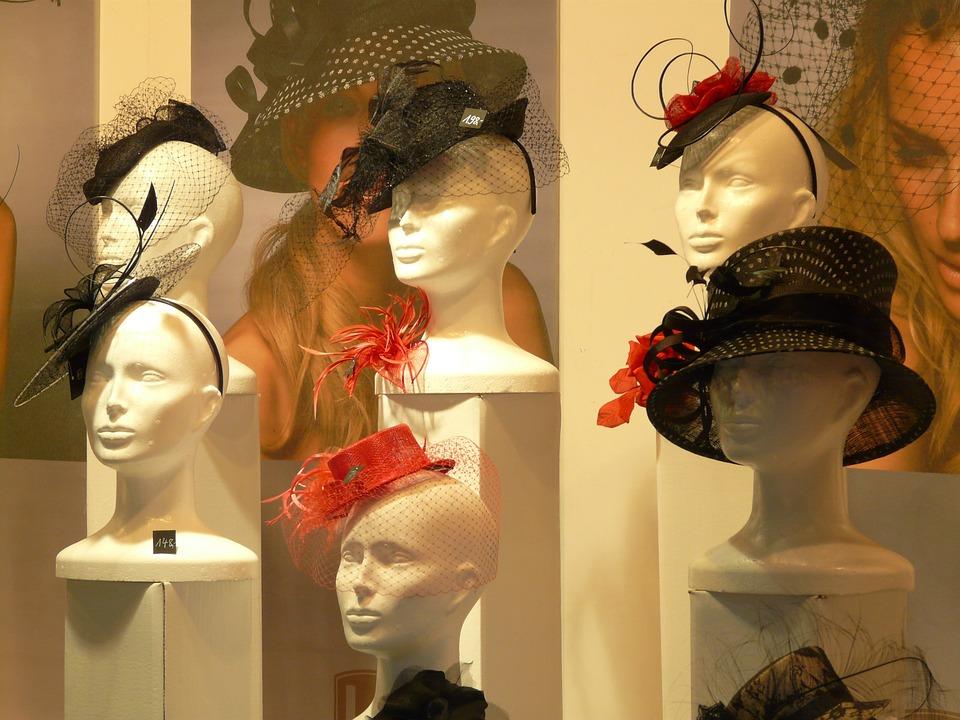 Elégance et style : faut il ou non ôter son chapeau ?