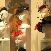 Elégance et style : faut-il ou non ôter son chapeau ?