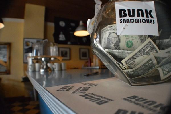 pourboire resto restuarant café serveur serveuse souvenir fin journée billet monnaie arrondir addition séduction gentleman lady ladies