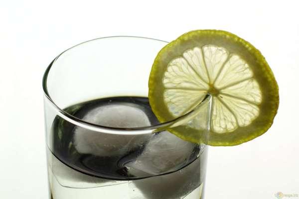 trinquer porter un toast bonnes manières idée étiquette verre eau jus orange pomme coca