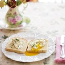 desservire assiette gauche quel côté dessert-on les assiettes service apprendre serveur assietet coté fourchette couteau gauche droite métier leçon guide