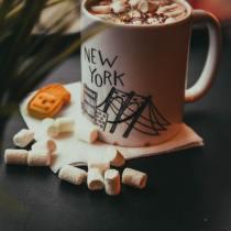 servir le café dans un mug 1 protocole convenances usages aristocratie arts de la table étiquette savoir-vivre bonnes manières coach expert spécialiste professionnel particulier consultant