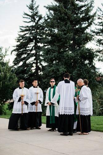 première communion 4 première communion 1 Etiquette et protocole lors de la première communion usages code règles bienséance prêtre enfant communiant