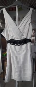 petite robe blanche 1 élégance décence féminité aux genoux midi coupe femme lady ladies comment bien s'habiller chic