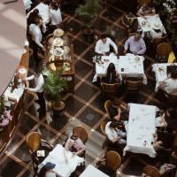Faut-il amener quelque chose lorsqu'on est invité au restaurant ?