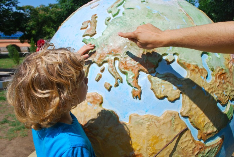 Enfant apprenant la géographie sur un globe - Photo Mojca JJ de Pixabay
