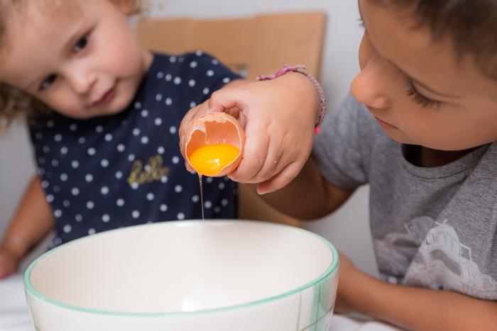 Photo d'enfants en pleine pâtisserie