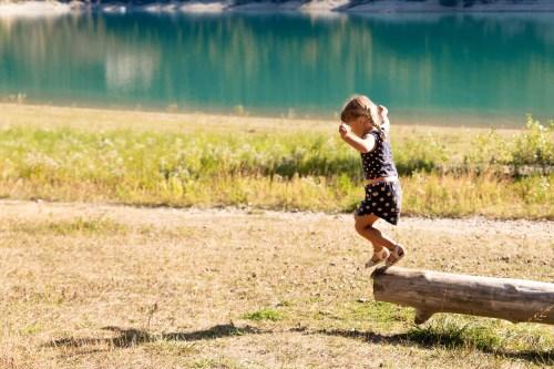 Portraits d'enfant sur un tronc d'arbre