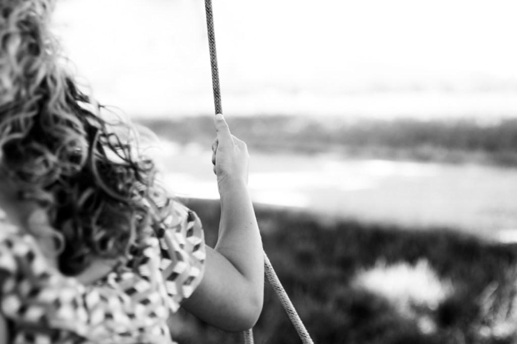 Photo de détails d'une main d'enfant sur une balançoire