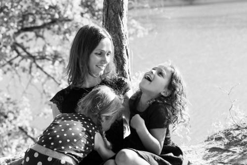Petit câlin en famille au bord du lac