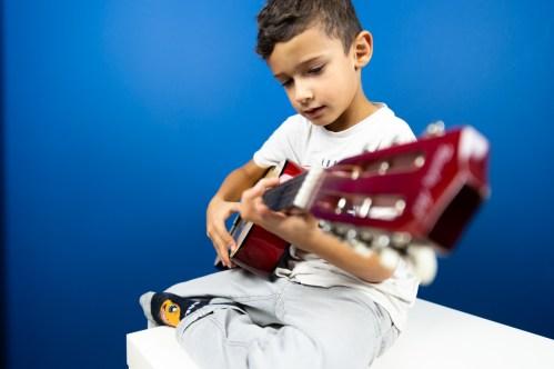 Photo d'enfant jouant de la guitare - Photojournaliste du quotidien