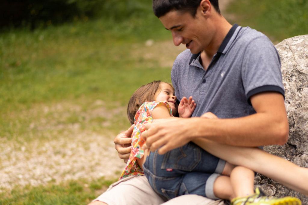 Photo d'un enfant dans les bras de son papa