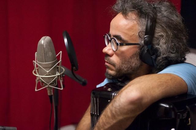 Toucas et son accordéon au micro en studio