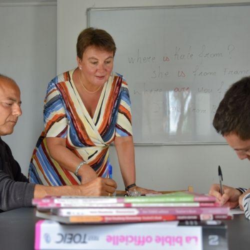 Lara Streel qui Montre à ses élèves