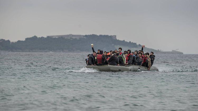 Abwehr von Flüchtlingsbooten: Griechenland baut Barriere im Mittelmeer – n-tv.de
