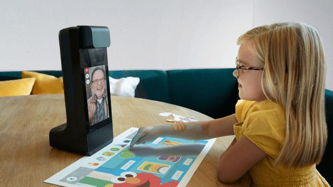 Amazon представил Glow - планшет с интерактивным проектором