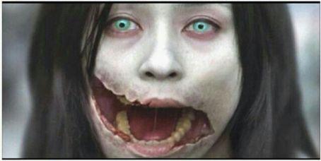 chica coreana de ojos verdas con la boca abierta que da miedo