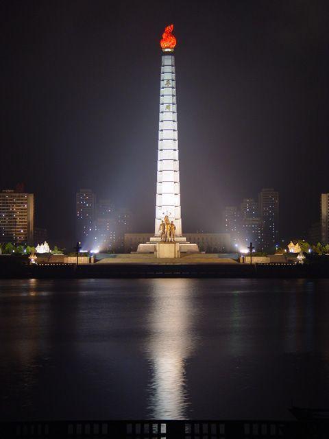 La torre de Juche en Corea del norte de noche