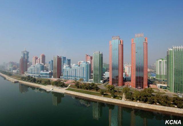 torres y edificios de la avenida Mirae vista desde lejos en Corea del norte