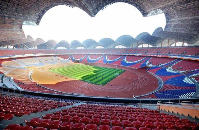 Interior y gradas del estadio de fútbol primero de Mayo