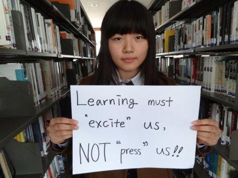 estudiante coreana con el cartel diciendo que aprender debe gustarles y no presionarles