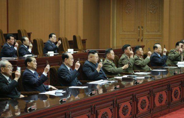 Kim jon un y varios votando en la asamblea de corea del norte