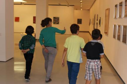 Recorremos la Sala de Exposiciones guiados por la Educadora