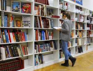 image femme dans une bibliothèque