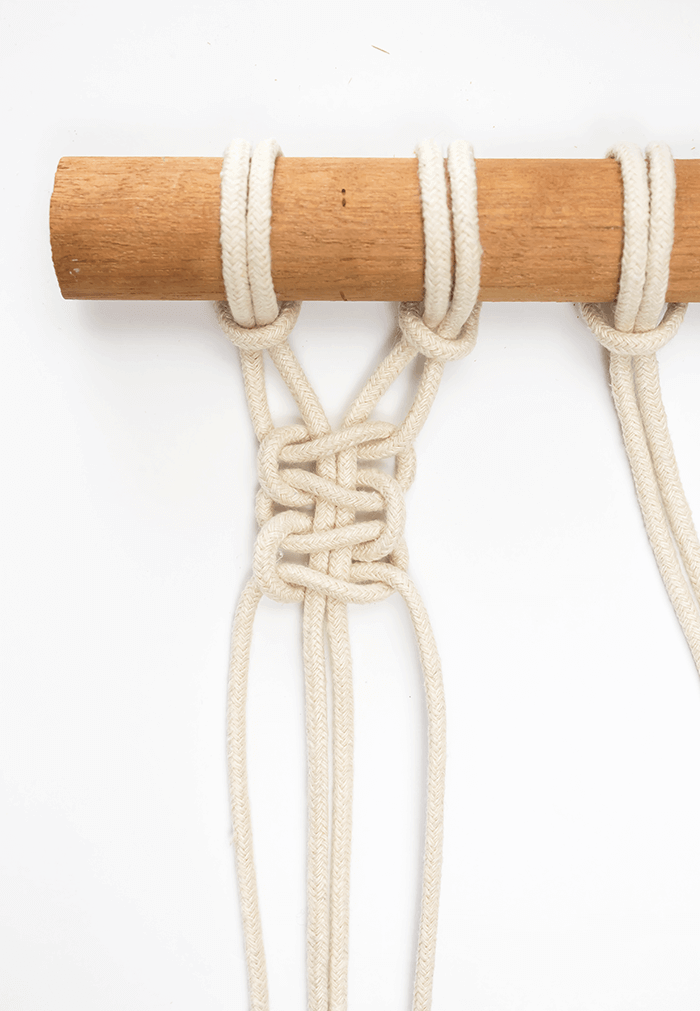 DIY Mini Macrame Wall Hanging: double square knot.