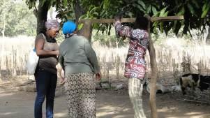 Sr Sylvie-Marie, Blandine et le catéchiste Emile prépare le matériel pour la pesée des enfants