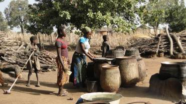 A partir du sorgho, les femmes préparent la boison locale : le tchoukoutou (boisson alcoolisée)