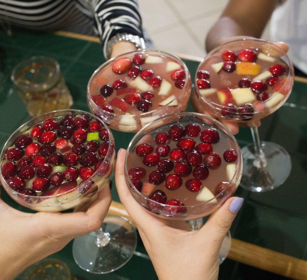 Low Calorie Cranberry Apple Sangria Wine Cocktail
