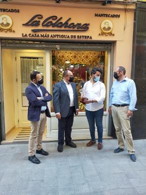 El comercio del centro de Sevilla celebra el Corpus engalanando sus escaparates