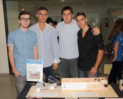 Grupo ganador con su profesor y su trabajo.