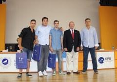 El Decano del COPITIMA entrega los premios.